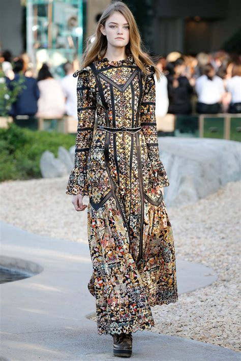 Louis Vuitton Resort 2016 in Palm Springs: Runway and